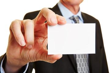 Manager hält leere Visitenkarte
