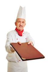 Koch überreicht eine Speisekarte