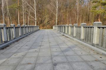 Каменный мост через озеро