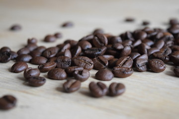 Kaffebohnen auf Holztisch