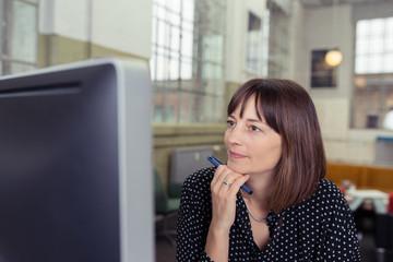 frau schaut auf computer-bildschirm