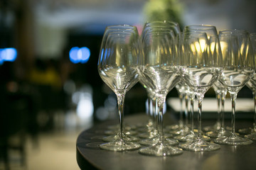 Bicchieri a calice su tavolo tondo