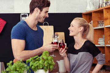 junges paar stößt mit rotwein an