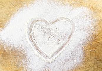 Coeur dessiné dans la farine