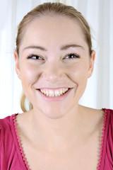 Hübsche blonde Frau lacht