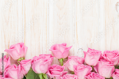 Aluminium Rozen Valentines day background with pink roses over wooden table
