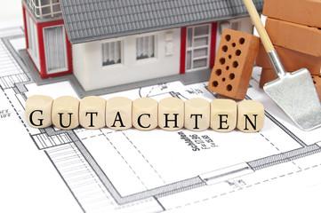 Bauplan mit Ziegelstein und Haus mit Gutachten