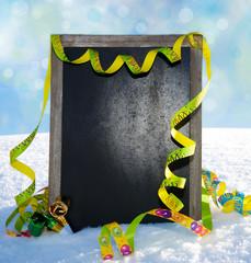 Schild im Schnee mit Luftschlangen