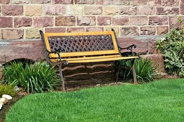 Gartenbank vor Steinmauer