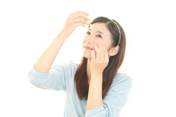 目薬を差す女性