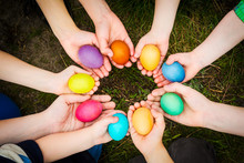 "Постер, картина, фотообои ""easter eggs in child hands"""