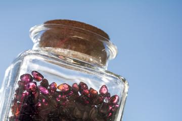 瓶の中のガーネットの原石