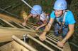 Vater und Tochter im Kletterpark