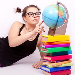 Студентка с глобусом и книгами на белом фоне