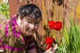 behinderte Frau mit Tulpen im Garten