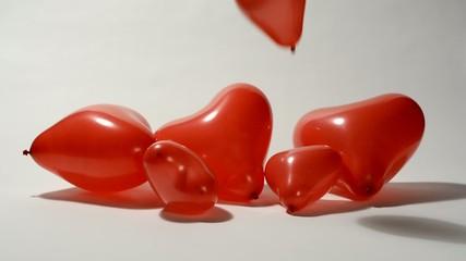 Globo rojo en forma de corazón cayendo