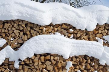 Brennholzlager unter Schneedecke