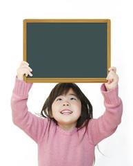 メッセージボードを持つ女の子(黒板)