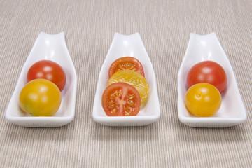 tomates Cherry sobre mantel