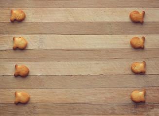 печенье в виде рыбок на доске в полоску