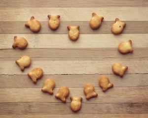 сердце из печенья в виде рыбок на доске