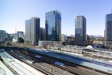 東京駅と丸の内高層ビル街