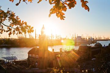 Herbstliche Abendstimmung an den Landungsbrücken – Hamburg
