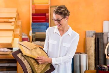 Designer kauft Matten für Böden