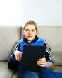adolescent 13 ans sur sa tablette tactile