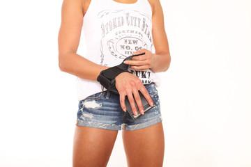Person zieht Schutzhandschuhe für Fitness an