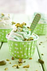Frozen Yogurt mit frischen Pistazien