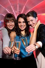 Freundinnen sind zusammen feiern