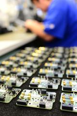Montage von Platinen // Installation in HiTech factory