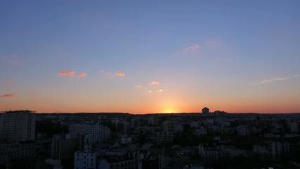 Time-lapse d'un coucher de soleil en zone urbaine
