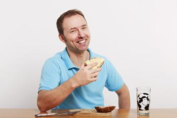 Mann beim Frühstück 3