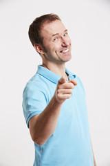 Mann zeigt mit dem Finger 2