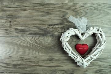 białe wiklinowe serce na walentynki