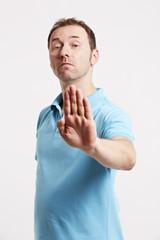 Man mit abweisende Handgeste