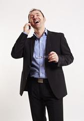 Geschäftsmann führt ein positives Telefonat
