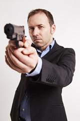 Mann zielt mit eine Pistole, Anschnitt