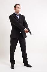 Mann zielt mit eine Pistole nach unten 2