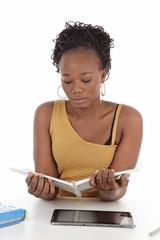 jeune femme noire étudiant