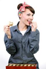 Молодая девушка кушает конфеты