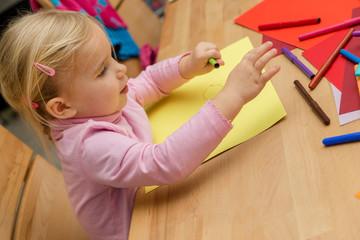 Blondes Mädchen malt mit vielen Stiften