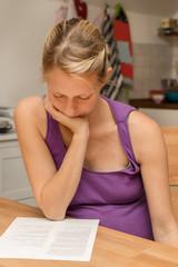 Schwangere Frau liest in Unterlagen