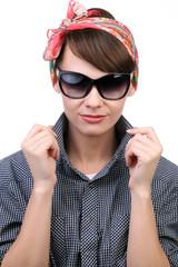 Стильная девушка в солнцезащитных очках на белом фоне