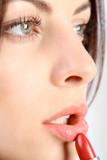 Junge Frau schminkt ihre Lippen