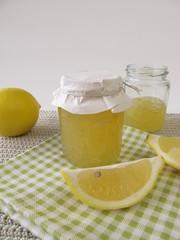 Zitronenmarmelade im Glas