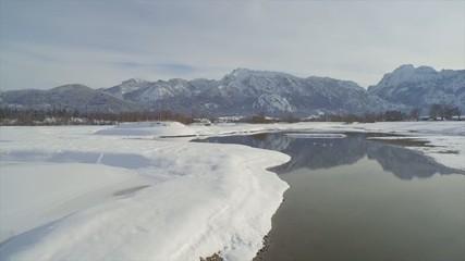 Flug über Flusslandschaft im Winter
