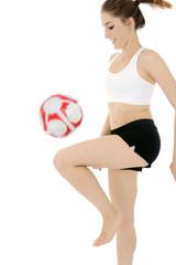 Frau trainiert mit Lederfußball